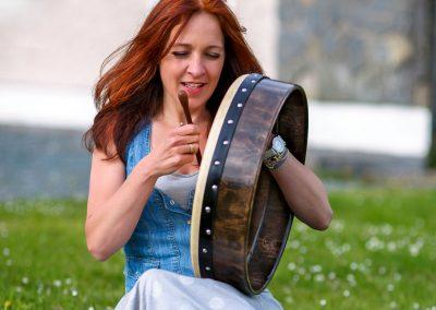Gabriele Schuh spielt Bodhrán in Irland
